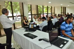 Professor tira dúvidas dos servidores que participam do curso de Cálculos. Foto: Ribamar Pinheiro/TJMA